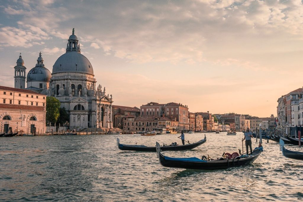 channel-gondola-Venice vigit in italy
